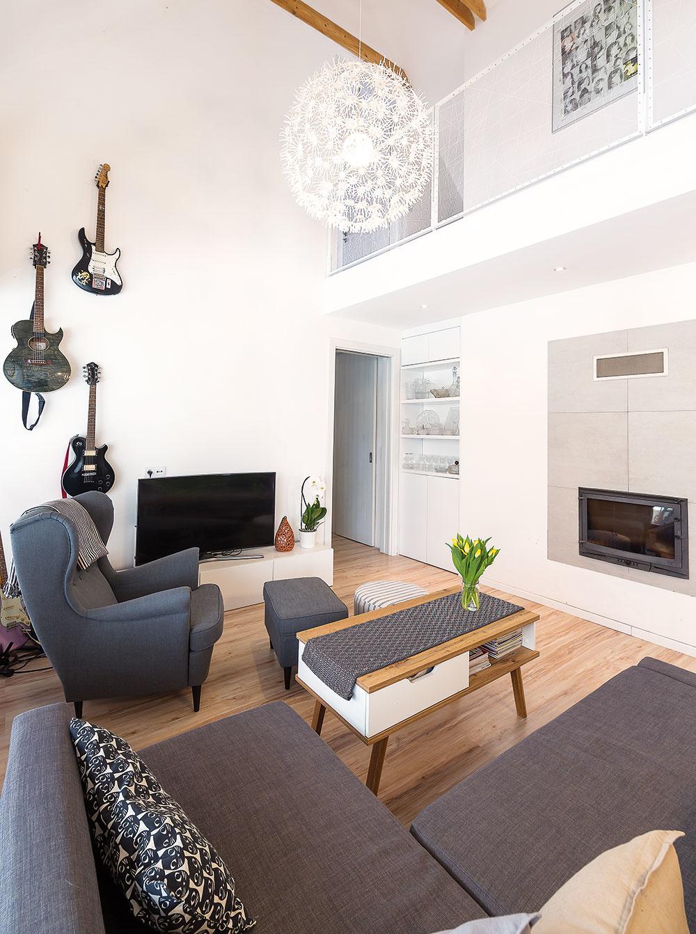 """""""Srdcom domu"""" je obývačka, ktorá je centrálnym spoločenským priestorom. Dvíha sa cez dve podlažia až kstreche, vďaka čomu tu vznikla galéria, ktorá prepája všetky obytné miestnosti vdome."""
