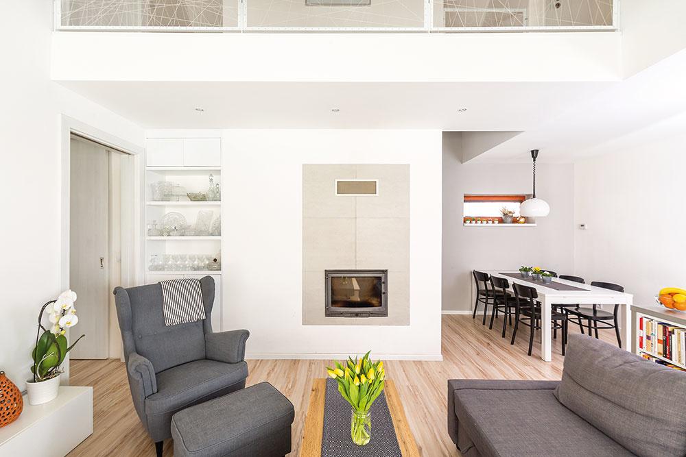 Obývačka je plošnou výmerou malá, prepojenie skuchyňou ajedálňou, ale najmä výška až po strechu jej však dodávajú vzdušnosť apriestor.