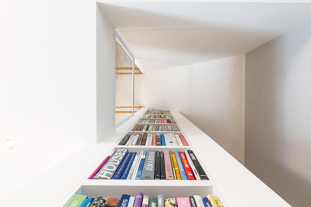 Knižnica vedľa kozuba, ktorá siaha na celú výšku domu, zabezpečila dostatok miesta na knihy