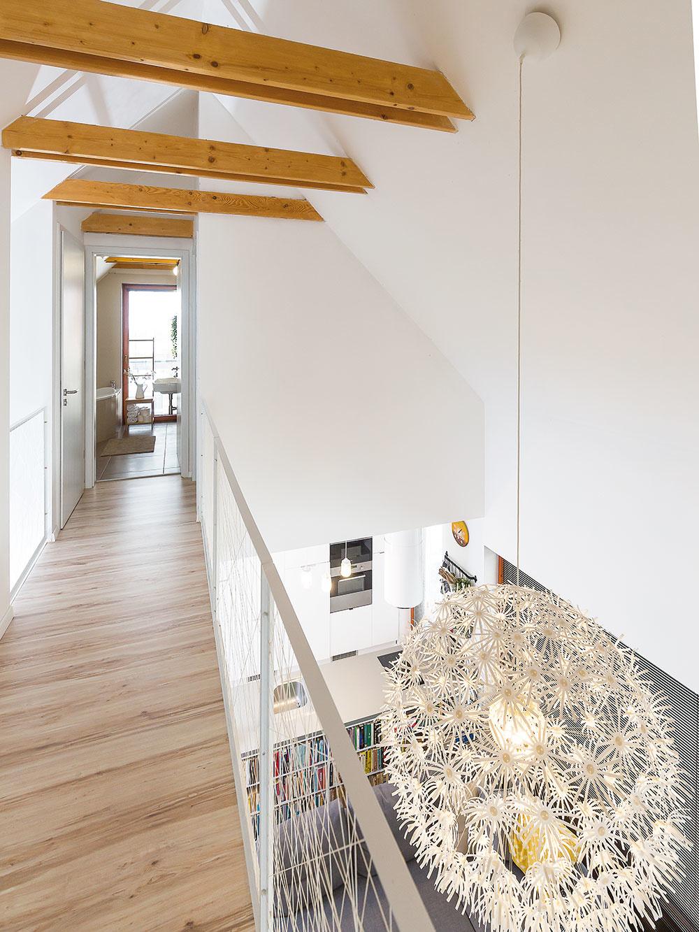Galéria na poschodí spája spálne na dvoch protiľahlých stranách domu scentrálnym priestorom obývačky.