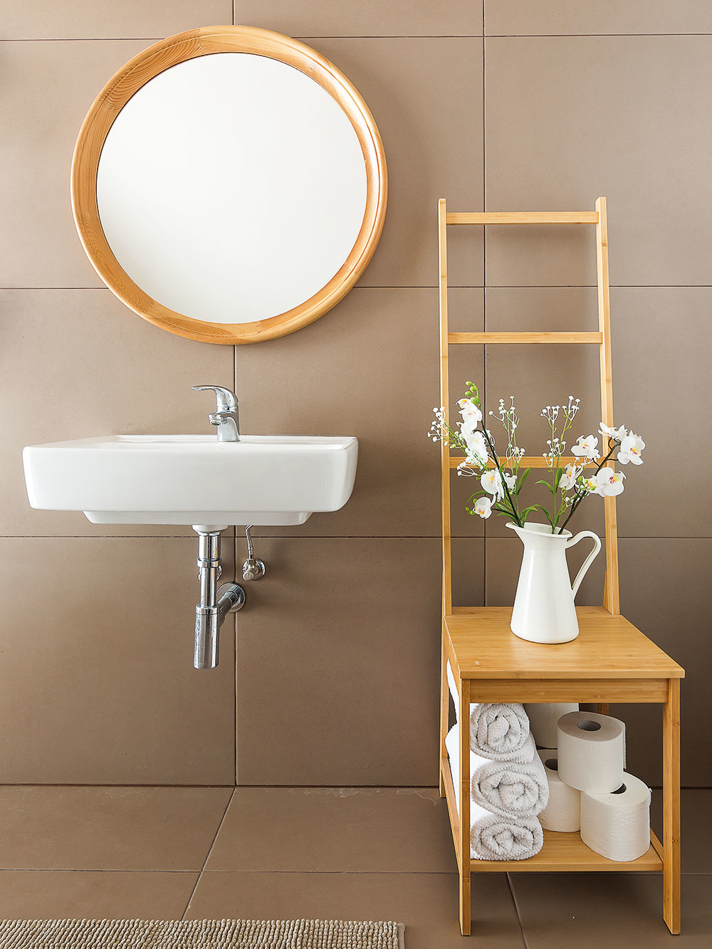 Kúpeľniam vcelom dome vládne rovnaká striedma jednoduchosť ako všetkým priestorom vdome. Zemité odtiene obkladu sú tu alternatívnou kinde dominantnej bielej farbe stien.