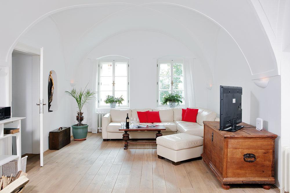 Zkuchyne vedú do jednoducho zariadenej obývačky dva schodíky. Okná smerujú do ulice avpúšťajú dnu denné svetlo. Nika na stene je pôvodná adnes je miestom jedného zmnohých umeleckých artefaktov, ktoré nájdete vcelom dome.