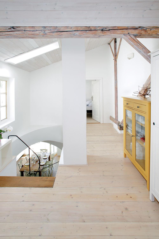 Schody vedú na poschodie, kde sa nachádzajú dve spálne, kúpeľňa aterasa. Trámy sú pôvodné.