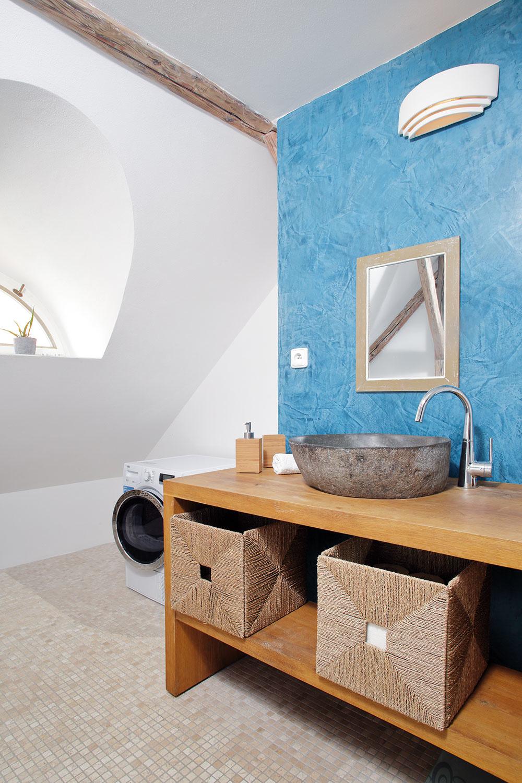 Nábytok vkúpeľni je vyrobený na mieru, dovezené umývadlá sú zlávového kameňa zostrova Bali.