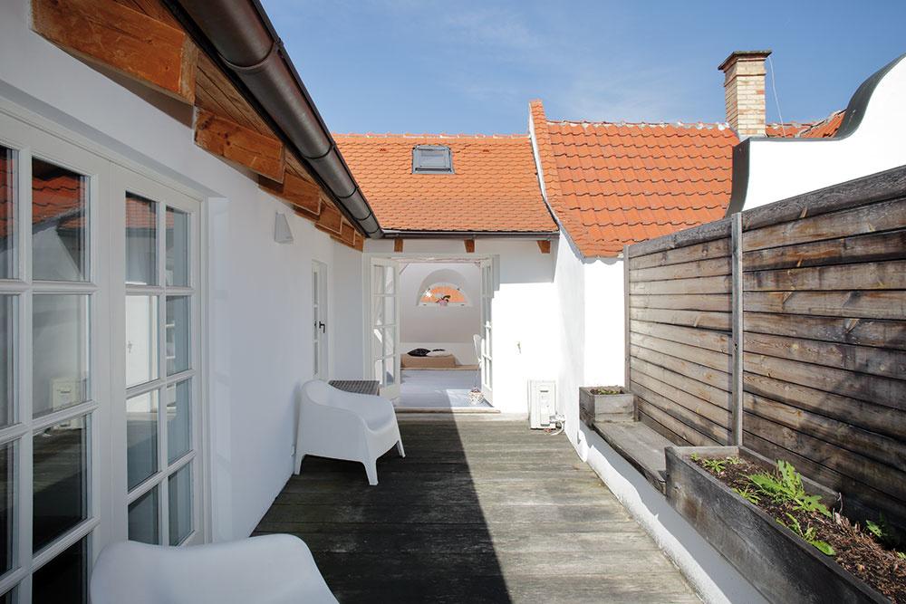 Pomerne veľa času vrámci rekonštrukcie zabralo vytvorenie terasy na streche. Výsledok však stojí za to aobyvatelia inávštevníci domu na nej veľmi radi trávia voľný čas.