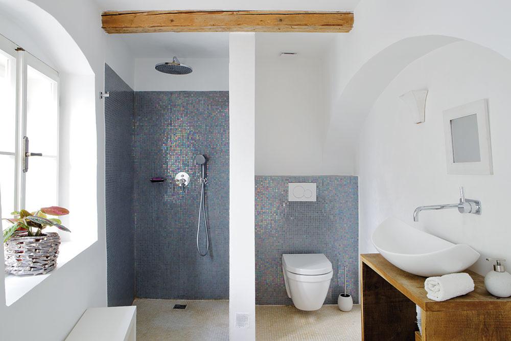 Aj druhá kúpeľňa je zariadená vjednoduchom čistom štýle, nenáročná na údržbu. Lesklý mozaikový obklad na stenách tvorí zaujímavý kontrast sdrevenými prvkami.