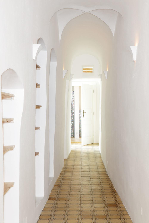 Už pri vstupe do domu uchváti návštevníka úzka chodba sklenbovým stropom apôvodnými nikami, ktorá dáva tušiť, že sa naozaj nachádzate v historickej budove. Na krásu stropu upriamujú pozornosť aj decentné svietidlá.