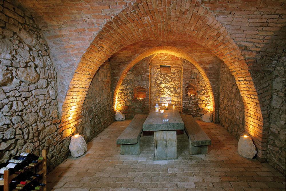 Vpodzemných priestoroch sa zachovala pivnica. Bodové svetlá sú frézované do pieskovca, smožnosťou stmievania intenzity svetla. Historické tehly sú signované označením HD 1890.
