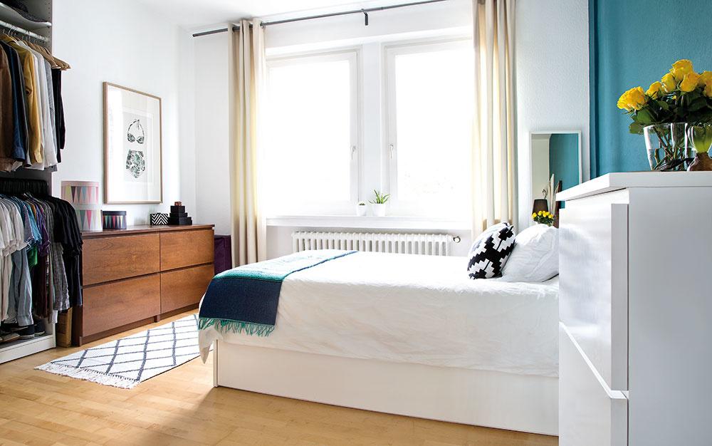 VPRIESTRANNEJ SPÁLNI je vďaka veľkému oknu dostatok prirodzeného svetla. Okrem postele abielizníka je vnej otvorený šatník aza čelom postele dominantná smaragdová stena ozdobená, ako inak, obrazmi.
