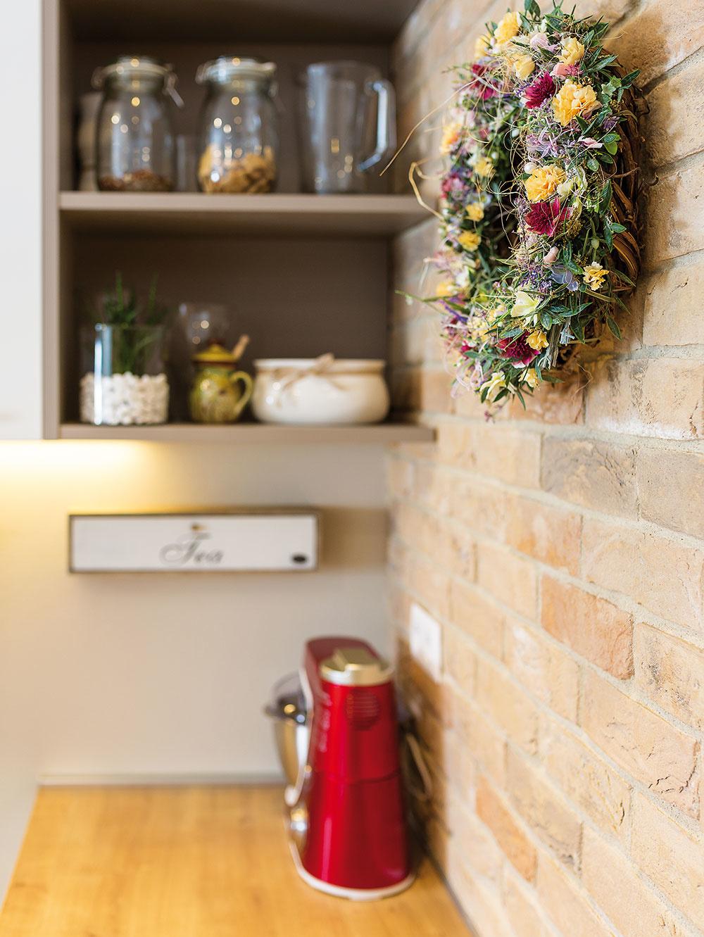 Tehlové steny, ktoré sú dôležitým štýlotvorným prvkom, dotvárajú príjemnú vidiecku atmosféru vcelom interiéri. Praktickou voľbou bol exteriérový obklad, ktorý je navyše napenetrovaný, takže sa veľmi nešpiní adá sa ľahko očistiť.