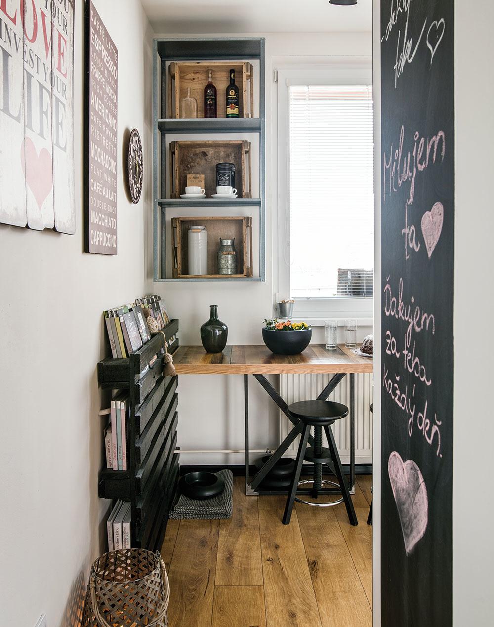 Do kuchyne sa vchádza krátkou chodbičkou medzi obývačkou na jednej akúpeľňou na druhej strane. Cestou si môžu domáci prečítať odkazy apripomenúť si spoločné zážitky zachytené na fotografiách.