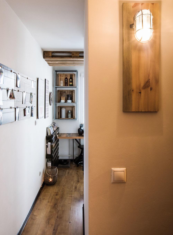 Štýlové industriálne lampy, ktorými Miro nahradil pôvodné štandardné svietidlá vpredsieni, vznikli celkom jednoducho – montážne lampy upevnil na obyčajné smrekové dosky.