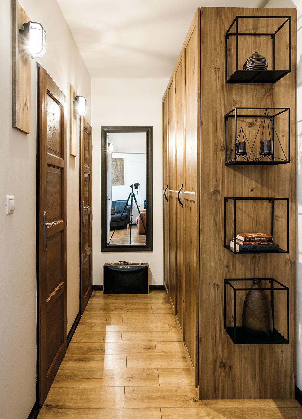 """Oproti dverám do obývačky je chodba, zktorej sa vstupuje do kúpeľne aWC. Tieto dve miestnosti sú vbyte jediné, ktoré neprešli premenou (dostali len nové drevené dvere). """"Boli zrekonštruované, vpodstate nové. Nie je to síce môj štýl, ale nechcel som do nich zbytočne investovať peniaze ani čas,"""" hovorí domáci pán."""