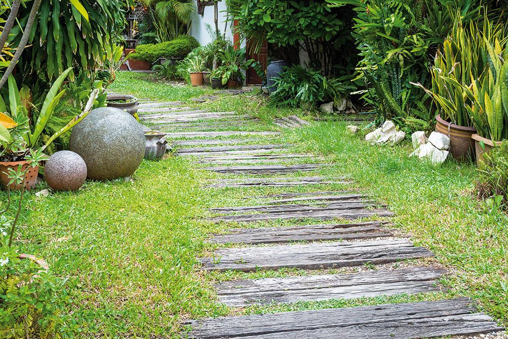 Prirodzene pôsobiace chodníčky vhodné do prírodných záhrad