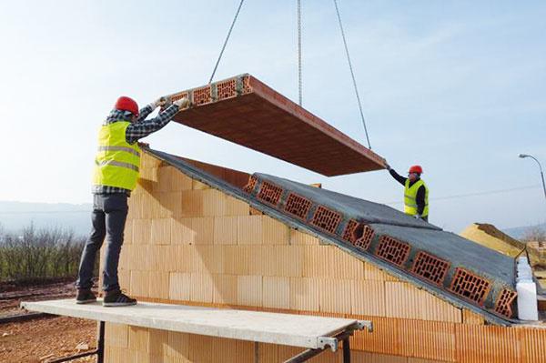 Strecha domu je zaťažovaná teplotnými výkyvmi apodkrovia môžu vlete trpieť prehrievaním. Tieto negatíva dokáže obmedziť masívna konštrukcia strechy, ktorá vďaka vysokej akumulačnej schopnosti priebeh teplôt vpodstreší vyrovnáva. Masívna strecha zpanelov HELUZ poskytuje ochranu pred prehrievaním aj proti hluku, je tiež prirodzene vzduchotesná, takže je ideálna pre pasívne aultranízkoenergetické domy. Rýchlo ajednoducho sa realizuje, pričom nosná časť tvorí veľmi dobrý podklad na kotvenie roštu pod strešnou krytinou, medzi ktorý sa vkladá tepelná izolácia. Takáto strecha je výhodná aj zpohľadu statiky.  www.heluz.sk