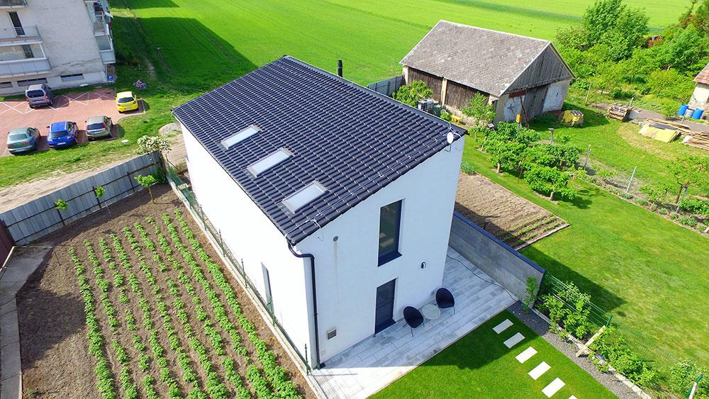 Moderný dom z tradičných materiálov
