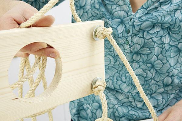 Otvory na lano Vyvŕtame ich asi 2 cm od krajov dosiek. Desaťmetrové lano rozrežeme na dve časti.