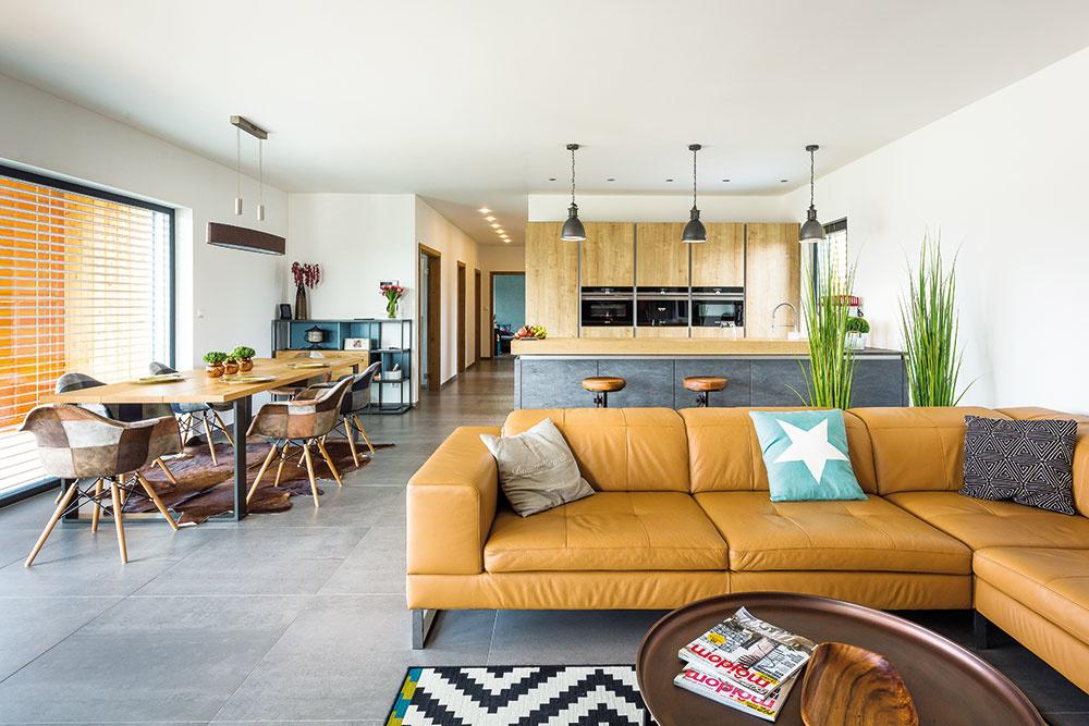 Na podlahe je položená veľkoformátová gresová dlažba vneutrálnej sivej farbe, na výbere ktorej si dali majitelia mimoriadne záležať, keďže sa nachádza vcelom dome.