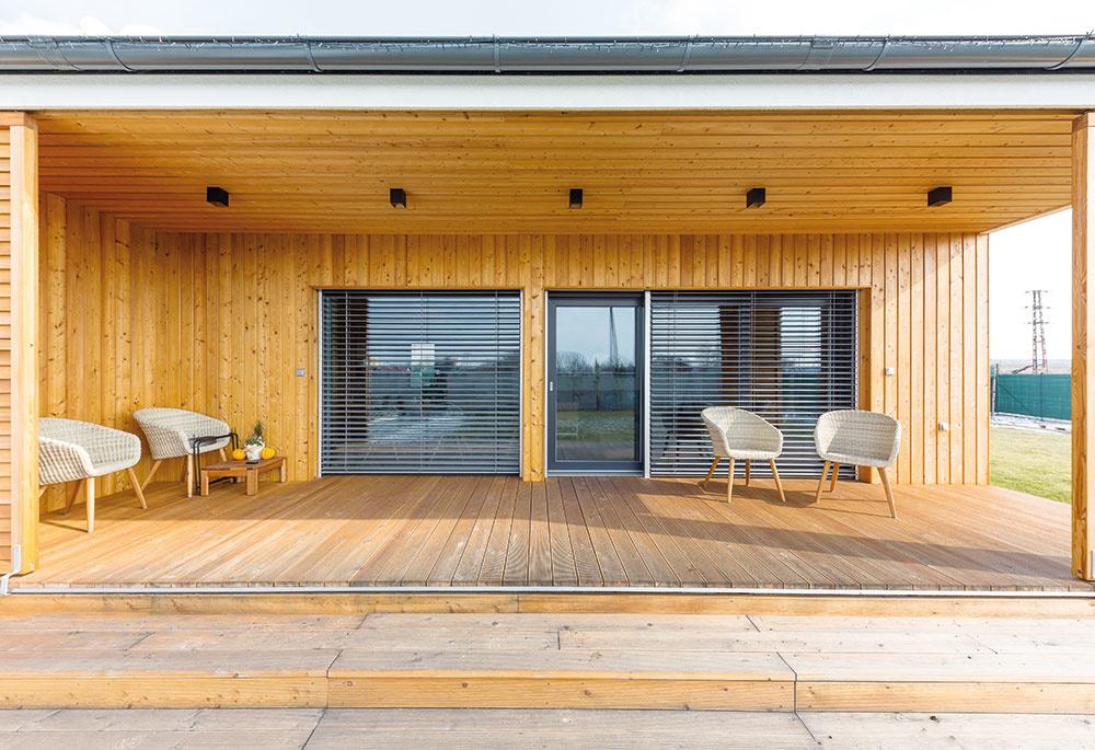 Celá terasa je obložená drevom. Majitelia ju využívajú počas sezóny ako druhú obývačku. Dotyk bosých nôh na slnkom vyhriatom dreve je mimoriadne príjemný. V prípade ostrého slnka si zatiahnu posuvné panely tak, aby dosiahli tieň v mieste sedenia.