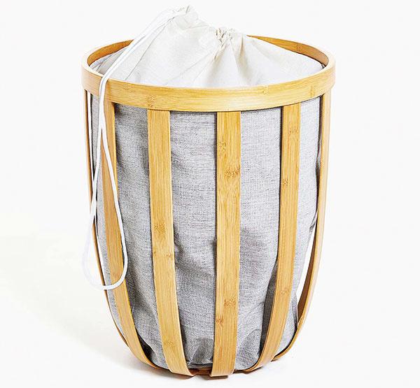 Tichý a dôsledný strážca. Kôš na bielizeň z bambusu a s látkovým vnútrom bude v každej kúpeľni vyzerať štýlovo. Navrchu má šnúrku na sťahovanie, takže pri nečakanej návšteve sa nemusíte báť, že z neho budú vykúkať niektoré vaše saténové či čipkované poklady. Predáva www.zarahome.sk.