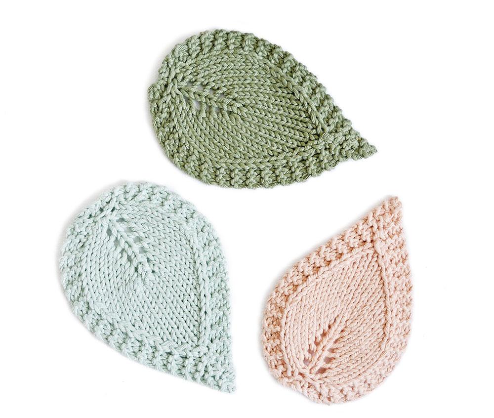 Pletené podložky vtvare lístkov, ručne vyrobené, bavlnená priadza, 13 × 9 cm, 2 €/ks, www.sashe.sk/Silur
