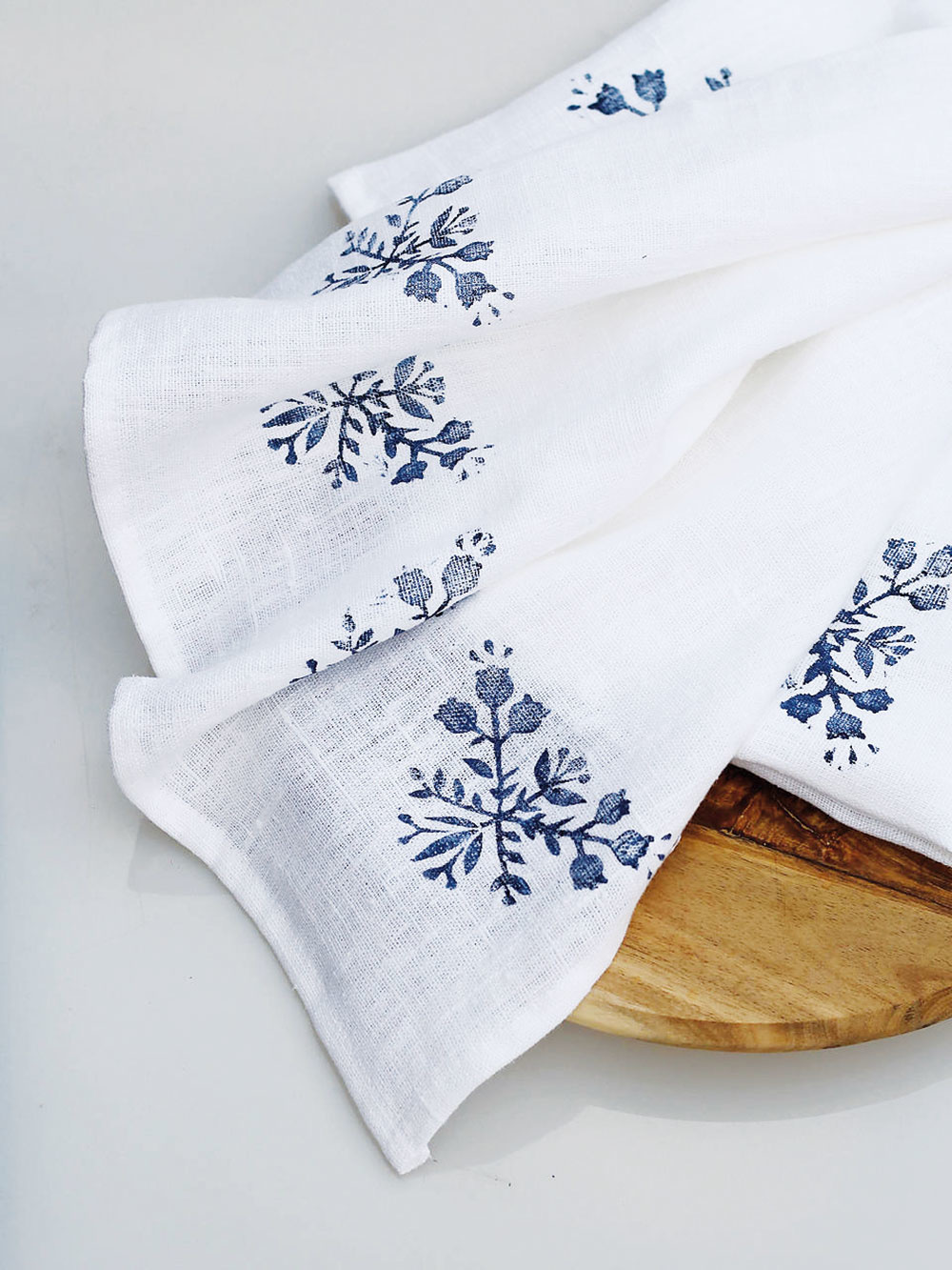 Utierky spotlačou, zkolekcie čučoriedkový folk, ručne vyrobené, maľované, ľan, 44 × 65 cm, 26 €/2 ks, www.sashe.sk/BluberyHome
