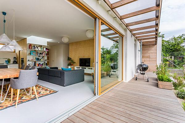 Pripravte svoje drevené okná na horúce letné dni!