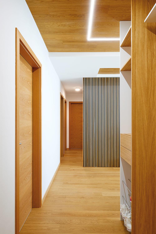 Na rozhraní vstupnej haly achodby navrhli autori estetické posuvné dvere, ktoré oddeľujú nočnú zónu bytu od dennej, vďaka skrytému kovaniu bezviditeľnej vodiacej koľajnice vstrope alebonapodlahe. So špeciálnym pántom pôsobia skôr ako výtvarný prvok.