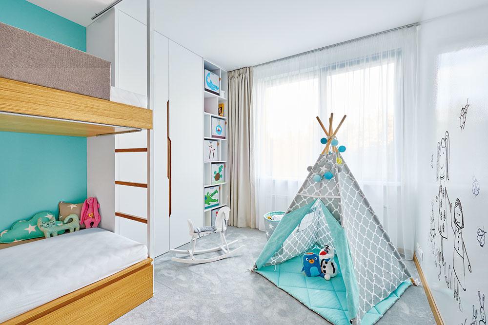 Nábytok je rozmiestnený tak, aby deťom zostal voľný priestor na hry. Architekti ho zároveň navrhli tak, aby rástol spolu sdeťmi.