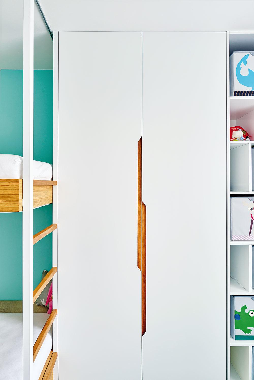 Detaily nábytku vyhotoveného na mieru dokážu prezradiť veľa ojeho kvalite. Elegantné adizajnovo čisté nápady vtomto prípade ešte podporili šikovní aprecízni stolári.