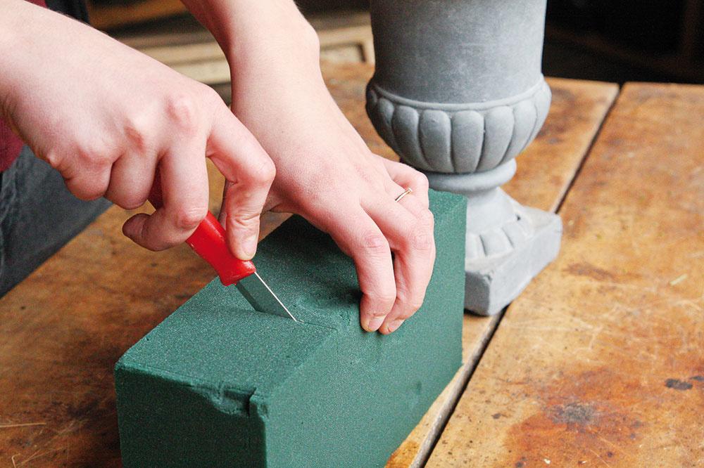 2 Namočenú hmotu si nožíkom odrežte na potrebnú veľkosť avložte do pripravenej nádoby tak, aby nevytŕčala.