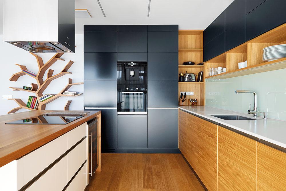 Komfortne aprakticky vybavená kuchyňa má všetky úchyty na linke zapustené dodvierok okrem iného pre bezpečnosť detí. Aj tu dopĺňa drevenú dyhu biela aantracitová farba.