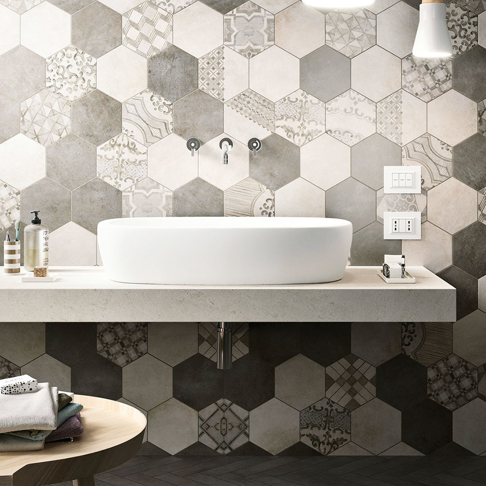 Elegantná geometriaobkladov značky Marazzi pôsobí hravo azároveň vkusne doplní moderný alebo škandinávsky interiér. Geometrický motív aplikovaný od podlahy po strop dokáže obyčajnú kúpeľňu povýšiť na miesto dýchajúce originalitou. Vzor by mal pokryť stenu vplnom znení, čo vpraxi znamená, že by ste ho nemali neočakávane rezať.