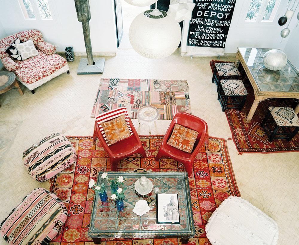India, Nepál či Tibet nás fascinujú práve pre exotické kombinácie farieb avzorov na všadeprítomných textíliách. Tie sú skutočne alfou aomegou takéhoto interiéru. Pestré koberce pokrývajú kamennú dlažbu, steny či dokonca strop acelý priestor zútulňujú. Hoci najviac dominuje jasná žltá ačervená, farebných kombinácií avzorov tu nájdete mnoho.  Nízke sedenie, vyrezávané aindické sošky dotvoria atmosféru, pri ktorej si môžete vpokoji vypiť tibetský mliečny čaj. LONNY