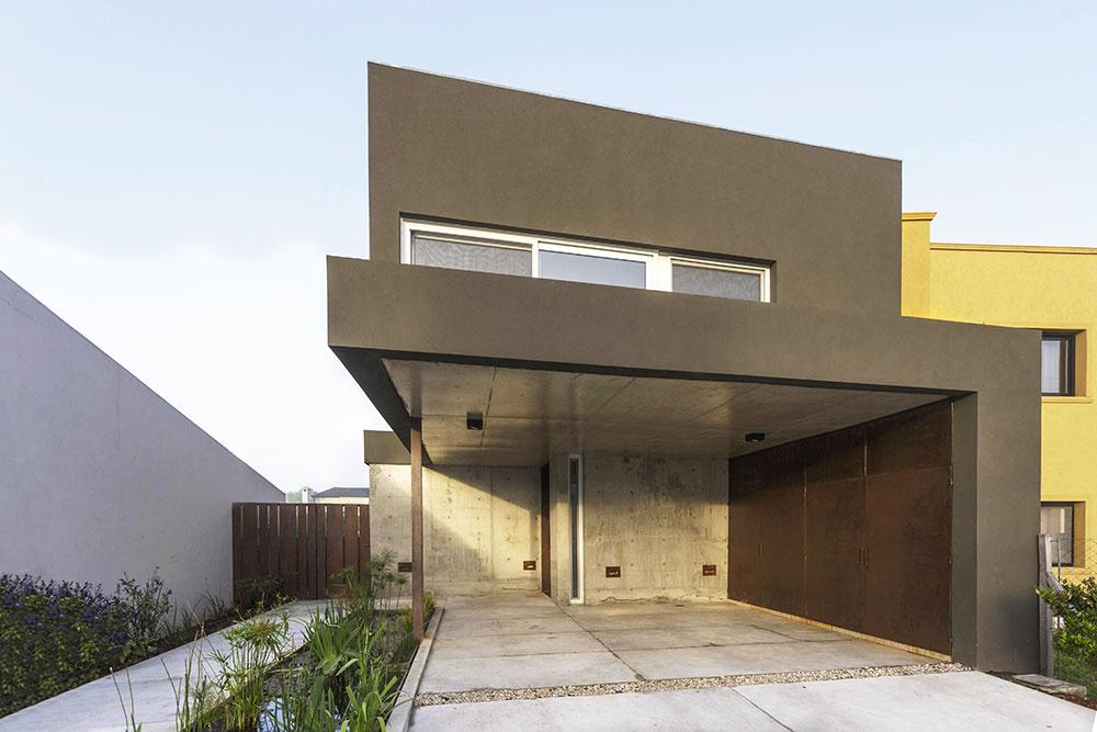 Rekonštrukcia domu v modernom industriálnom štýle urobila z jeho slabých stránok silné