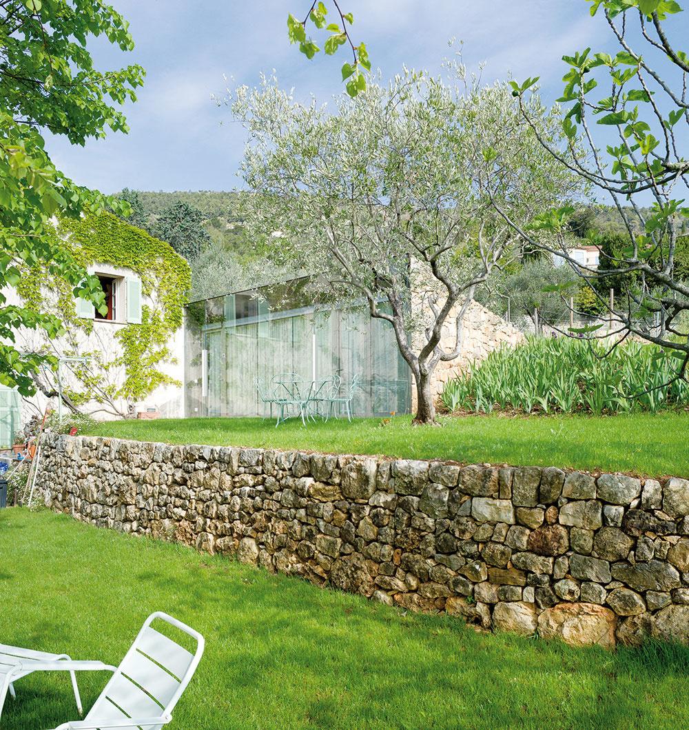 Architektúra prístavby je poňatá moderne, zároveň vychádza zmiestnych tradícií asymbioticky dopĺňa prirodzený terén. Tráva tvorí plynulý prechod medzi okolím aprístavbou, kameň evokuje pôvodné terasovité múriky asklo otvára interiér do krajiny.