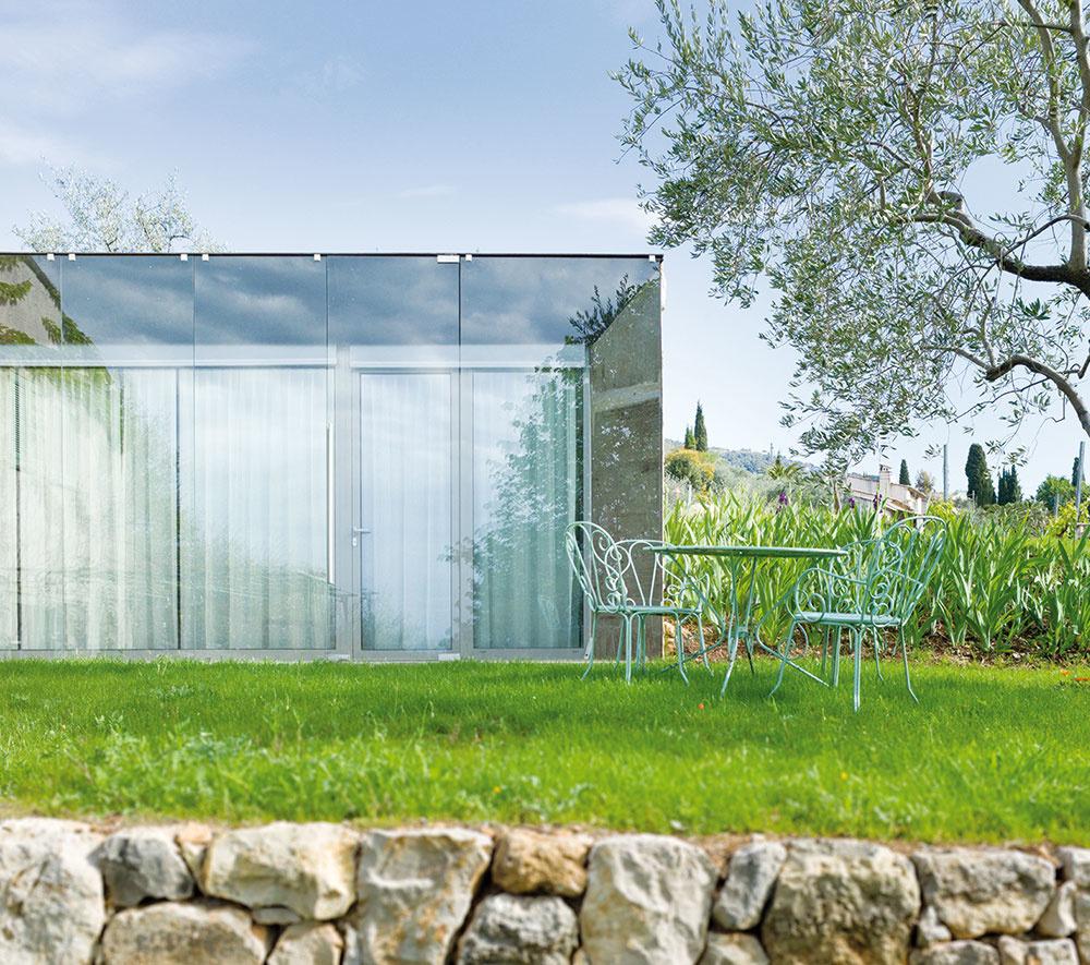 Tepelná pohoda. Vďaka dvom vrstvám skla ačiastočnému zapusteniu stavby do zeme je aj vjužne orientovanom interiéri počas celého roka príjemná klíma.