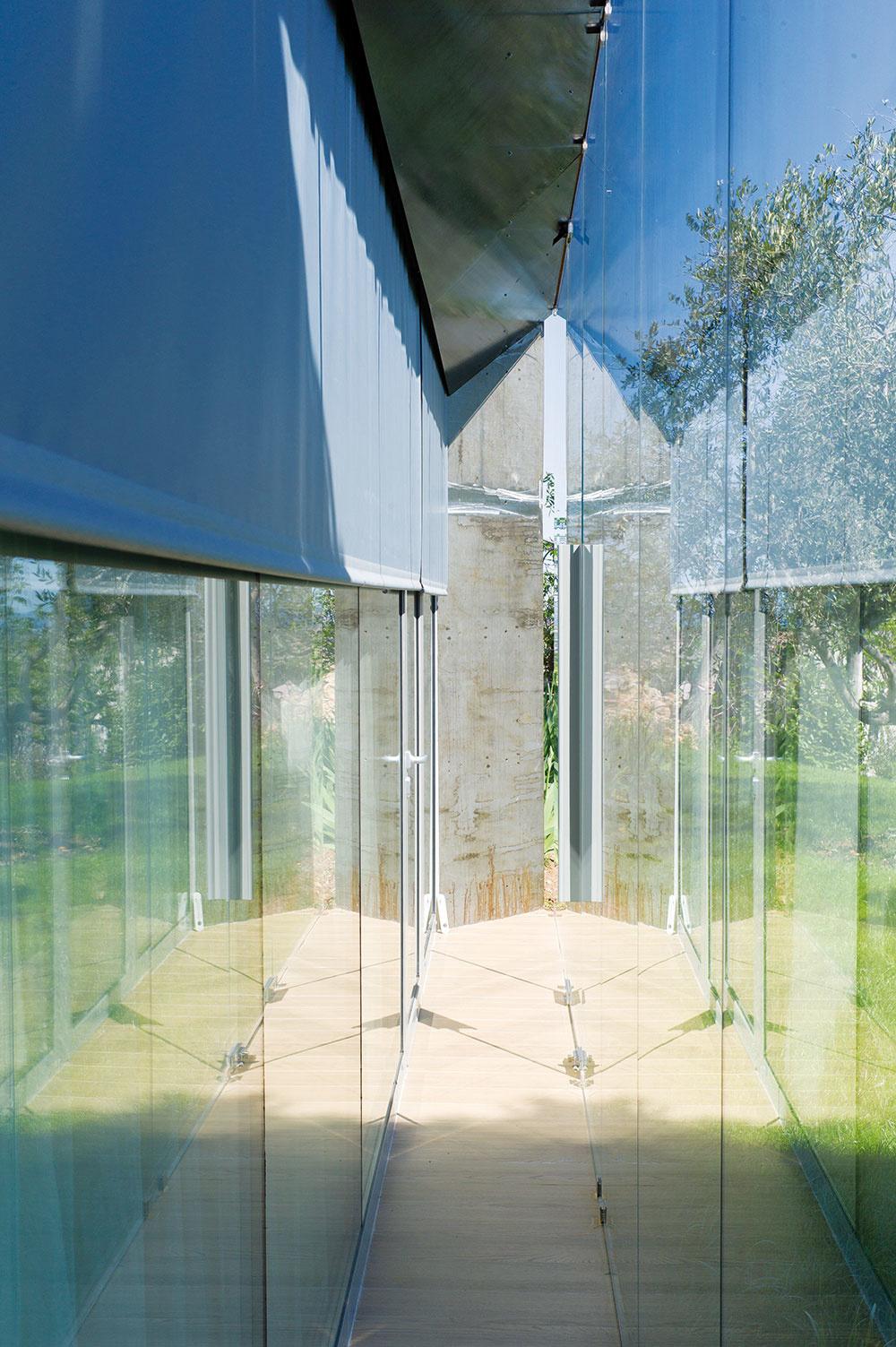 Hlavnú fasádu tvorí dvojitá sklenená stena – vonkajšie tvrdené sklo shrúbkou 10 mm aštandardná zasklená stena opatrená roletou, osadená bližšie kinteriéru. Voboch sú otváracie polia.