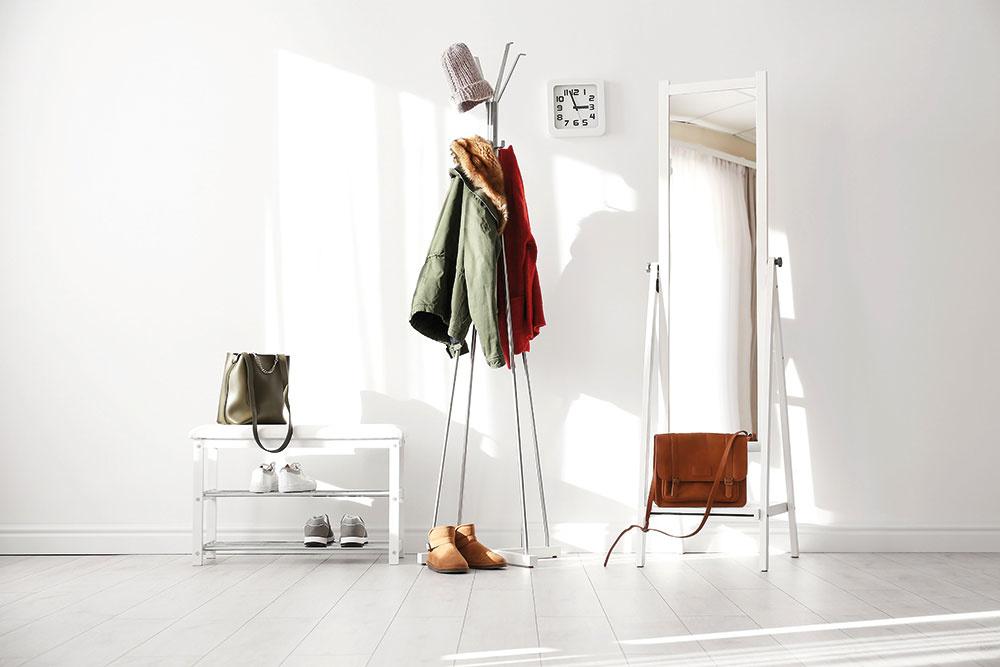 Vchodbe oceníte podlahu, ktorá sa jednoducho udržuje aje odolná voči pôsobeniu vody. Ekologická elastická podlaha vbielej farbe dokáže priestor navyše opticky zväčšiť.