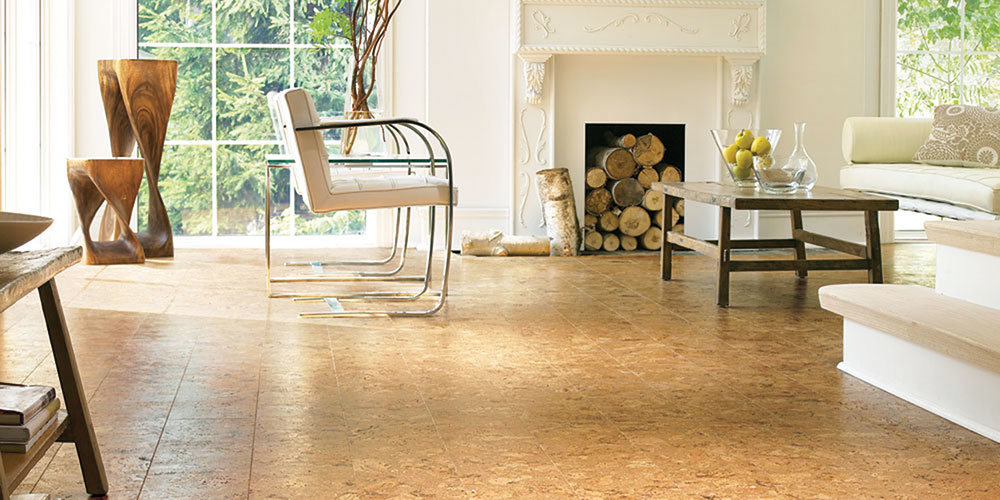 Korkové podlahy sú dostupné vo forme dosiek, pričom inštalácia sa najčastejšie rieši plávajúcim spôsobom so zámkovým spojom. Existuje však aj možnosť nalepiť korok priamo na podklad. V obývačke oceníte príjemné teplo od nôh, ktoré korok poskytuje.