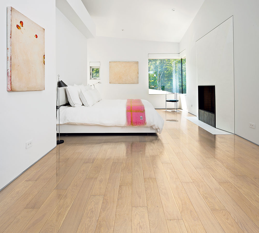 Prírodné drevo v podobe masívnych parkiet je obľúbeným prvkom aj v spálniach vďaka farebnosti, relatívne teplému dotyku a dobrej údržbe. Vyššiu hlučnosť zmiernia malé behúne či kožušiny tesne pri posteli. www.dlhwood.sk