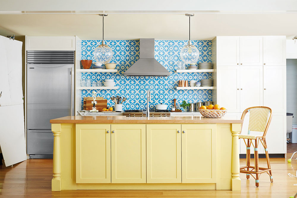 """LAHODNÉ FRANCÚZSKO Láka vás vôňa vanilky asladkých crepes či lahodný cibuľový quiche? Ak milujete francúzsky či anglický vidiek, určite vás nadchne praktická atradičná kuchyňa v""""country"""" štýle. Odľahčite steny od robustných horných skriniek avidieckeho mohutného digestora. Teplý vanilkový základ príjemne ozvláštnia moderné nerezové doplnky asvieži modrý obklad. Kto má vsrdci prírodu, pokoj arodinnú harmóniu, tomu bude vidiek ajeho čarovná nostalgia vždy pripomínať pravý domov. FOTO COUNTRYLIVING"""