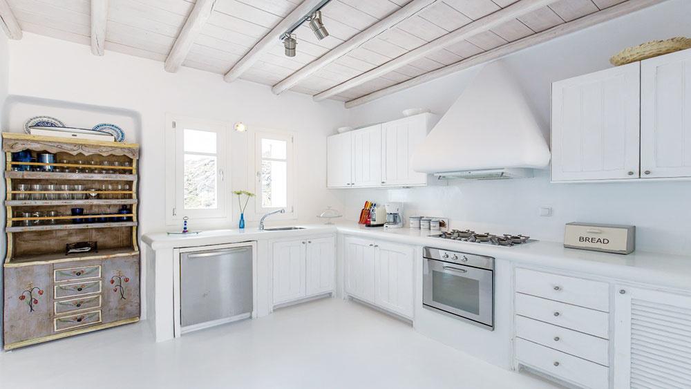 BIELE GRÉCKO  Tradičné grécke interiéry sa odlišujú od ostatných už na prvý pohľad. Hlinu amarocký štuk nájdete vokolí domu ivjeho vnútri. Obľúbené sú otvorené police askrinky bez dvierok na pohľad nedokonalých tvarov. Tradičné biele amodré interiéry navodzujú príjemný chládok acelý priestor pôsobí jednoliato apokojne. Pripomeňte si vôňu Grécka šťavnatými souvlaky asviežou omáčkou tzaziky. Včase horúceho slnka si vsnehovo bielom chládku doprajte poobednú siestu. FOTO ROCKYMANSION