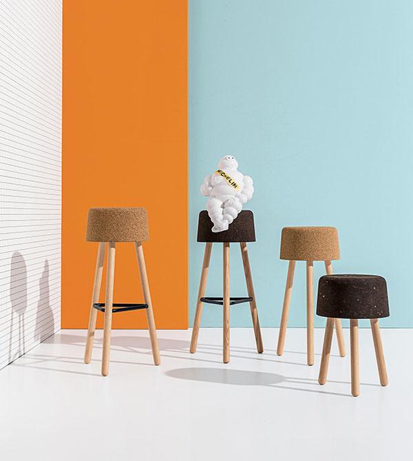 BOMBETTA – stolička s korkovým sedadlom – prírodným alebo čiernym. Trojnohá podnož z jaseňa. K dispozícii v rôznych výškach.
