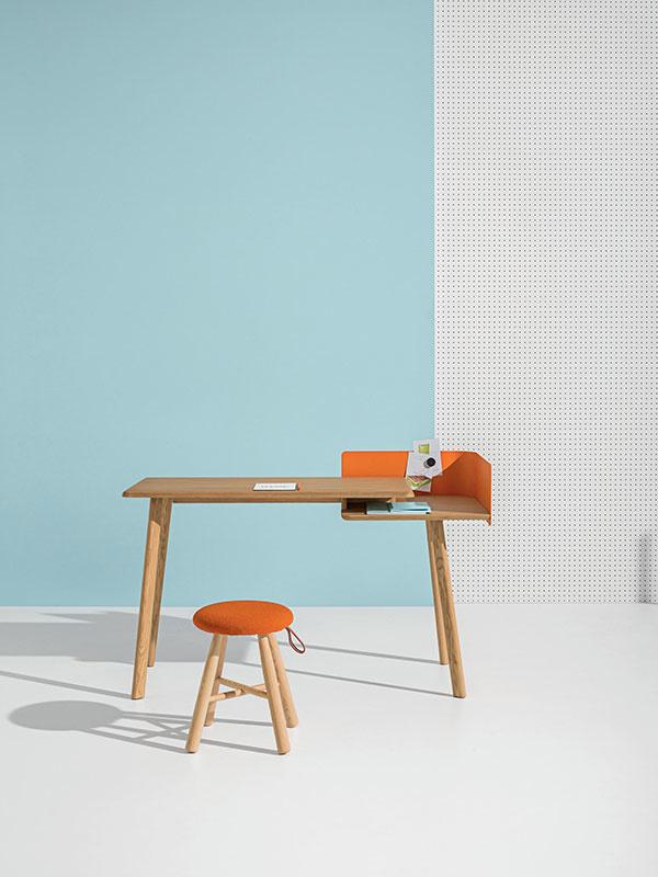SIIT – táto multifunkčná stolička je praktická a hravá zároveň.  Má kovovú základňu, ktorá je k dispozícii z mosadze, medi alebo v matnom farebnom prevedení.  Samotné sedadlo je v prírodnom alebo v čiernom korku, tento korok je ošetrený prírodnými olejmi.             BOMBETTA – stolička s korkovým sedadlom – prírodným alebo čiernym. Trojnohá podnož z jaseňa. K dispozícii v rôznych výškach.       Stôl CUT má originálny dizajn a zároveň predstavuje funkčný pracovný priestor. Prevedenie: top – dub, nohy – jaseň, kov – oranžová/čierna