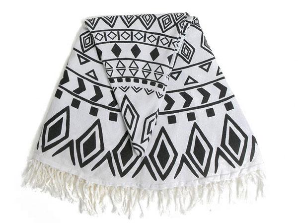 S geometrickým vzorom od značky Kaemingk, 100 % bavlna, priemer 150 cm, 31,95 €, www.zoot.sk