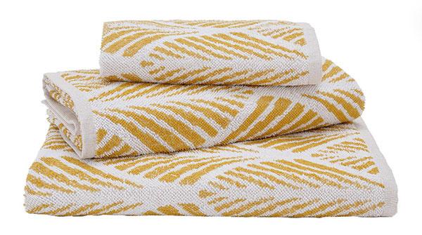 Horčicový s klasickým vzorom inšpirovaným z 20. rokov, 100 % organická bavlna, 50 × 100; 70 × 140 cm; 100 × 150 cm, 11,45 – 21,75 €/ks, www.urbanara.co.uk