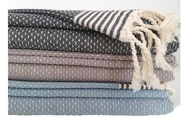 Ručne tkaný na tradičných tkáčskych stavoch, 100 % bavlna, na výber ztroch farieb čiernej, sivej asvetlomodrej,  50 × 80 cm, 18 €, www.sashe.sk/Tunisanka