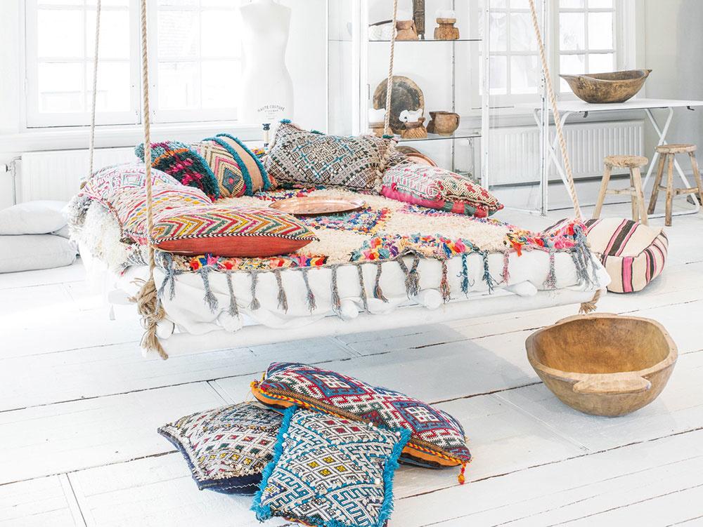 Sedenie na dlážke je typickým znakom marockých interiérov. Zvoľte kopec prepychových vankúšov, vakov alebo pufov odetých do drahých atrvácich látok.
