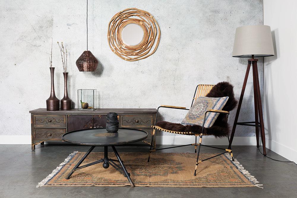 Vzemitých farbách zariadená obývacia izba je pre tých menej odvážnejších. Kov, cín izlaté doplnky vkombinácii sdreveným nábytkom abielymi stenami zvoľte tam, kde máte nedostatok svetla.